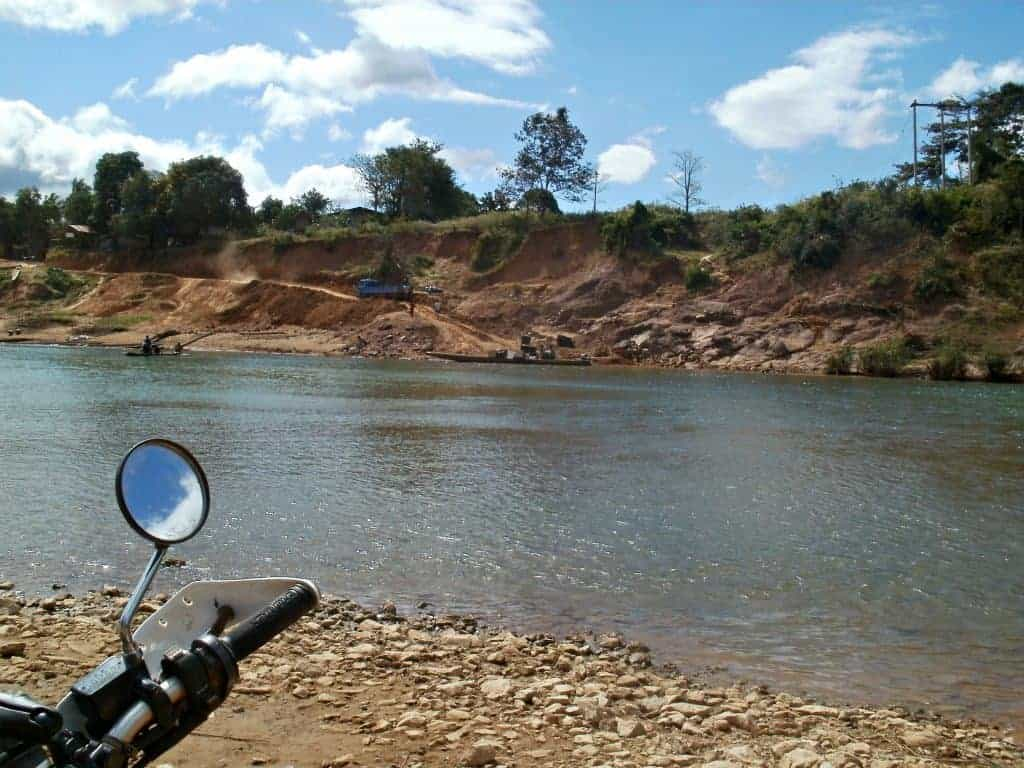 Ban-Saenphan-Laos-river-crossing-2010-no-ford-or-bridge